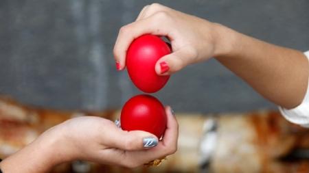 Γιατί τσουγκρίζουμε κόκκινα αυγά μετά την Ανάσταση;