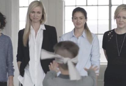 Ζήτησαν από παιδιά να βρουν τη μαμά τους με δεμένα μάτια (VIDEO)