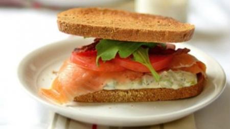 Κρύο σάντουιτς με σολομό, ντομάτα και ρόκα..