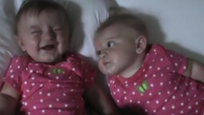 Video: Δεν πρέπει να είσαι μεγάλος για να κάνεις κάποιο να γελάσει – Και τα μωράκια ξέρουν!