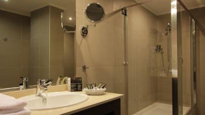 Γιατί πρέπει να αποφεύγετε να πίνετε νερό από τα ποτήρια που υπάρχουν στο μπάνιο του ξενοδοχείου;