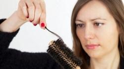 5 αιτίες που πέφτουν τα μαλλιά μας