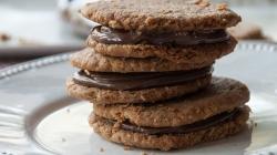 Μπισκότα βουτύρου με γέμιση πραλίνα σοκολάτας