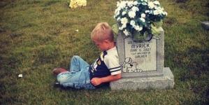 Πηγαίνει στον τάφο του δίδυμου αδελφού του και του διηγείται ιστορίες