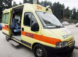 Σοβαρό τροχαίο με αυτοκίνητο που προσέκρουσε σε κολώνα φωτισμού και πήρε φωτιά. Τους επιβάτες απεγκλώβισαν μαθητές.