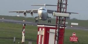 Δραματική προσγείωση αεροπλάνου εν μέσω θύελλας (vid)